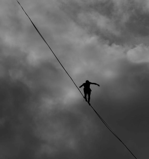 社會上工作認真與不認真的人處在危險平衡
